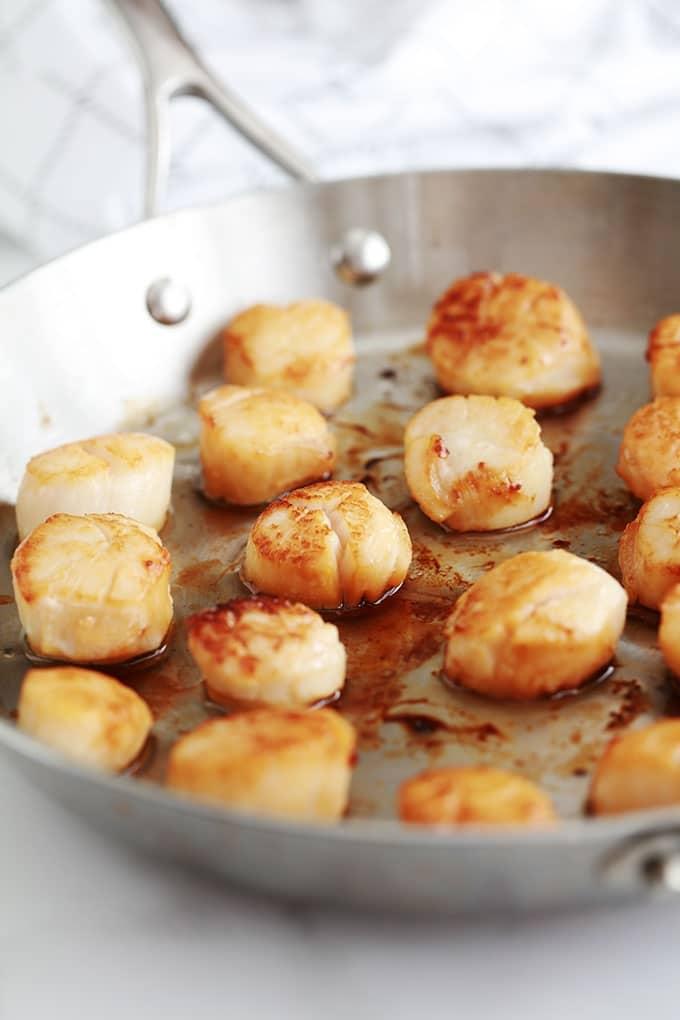 La recette des noix de Saint jacques poêlées dans du beurre et/ou huile d'olive est très simple et rapide. Temps de cuisson : 4 à 5 minutes selon la taille. Parfaites pour un repas de fête et vous pouvez les servir de différentes façons.