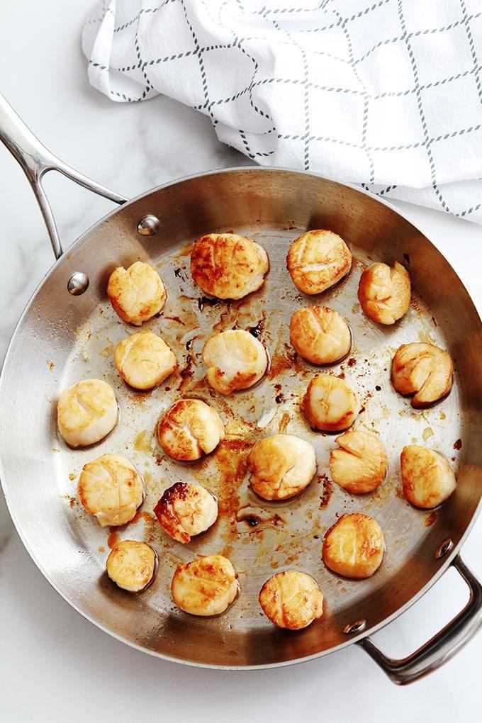 La recette des noix de Saint-Jacques poêlées dans du beurre et/ou huile d'olive est très simple et rapide. Temps de cuisson : 4 à 5 minutes selon la taille. Parfaites pour un repas de fête et vous pouvez les servir de différentes façons.