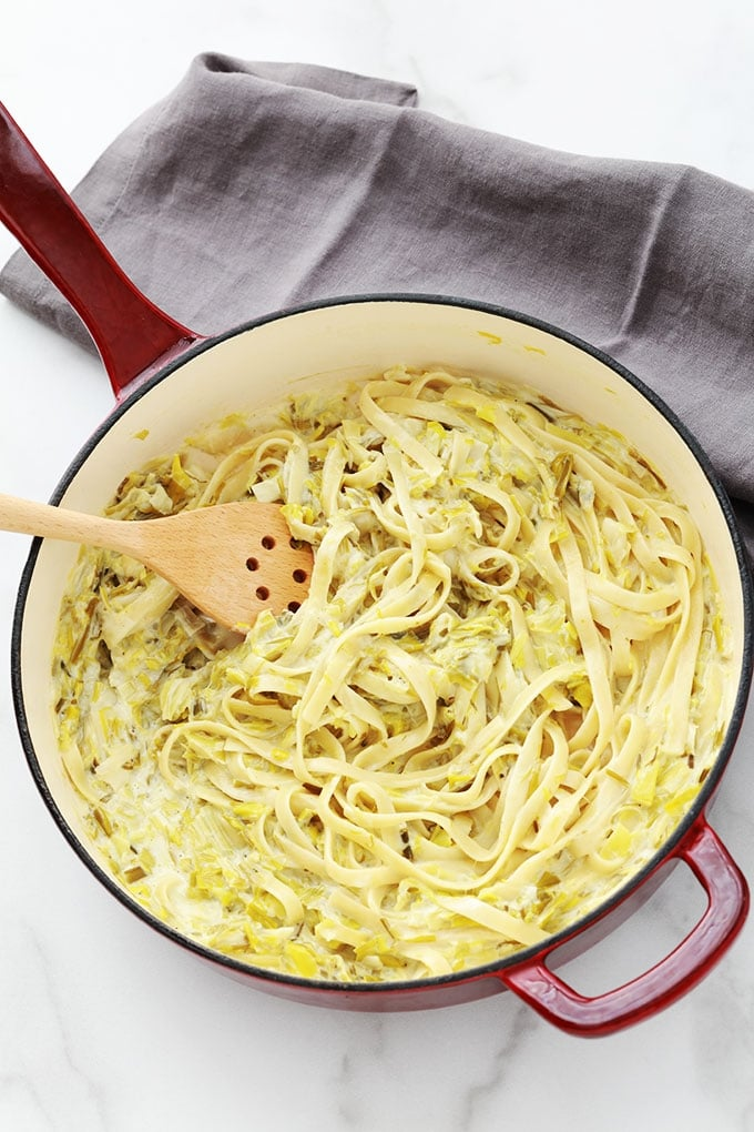Les pâtes à la fondue de poireaux à la crème est l'une de mes recettes préférées avec les poireaux. Un plat d'accompagnement tout simple et tellement bon. Il est encore meilleur le lendemain! Poireaux, huile et/ou beurre, crème, jus de citron et des pâtes.