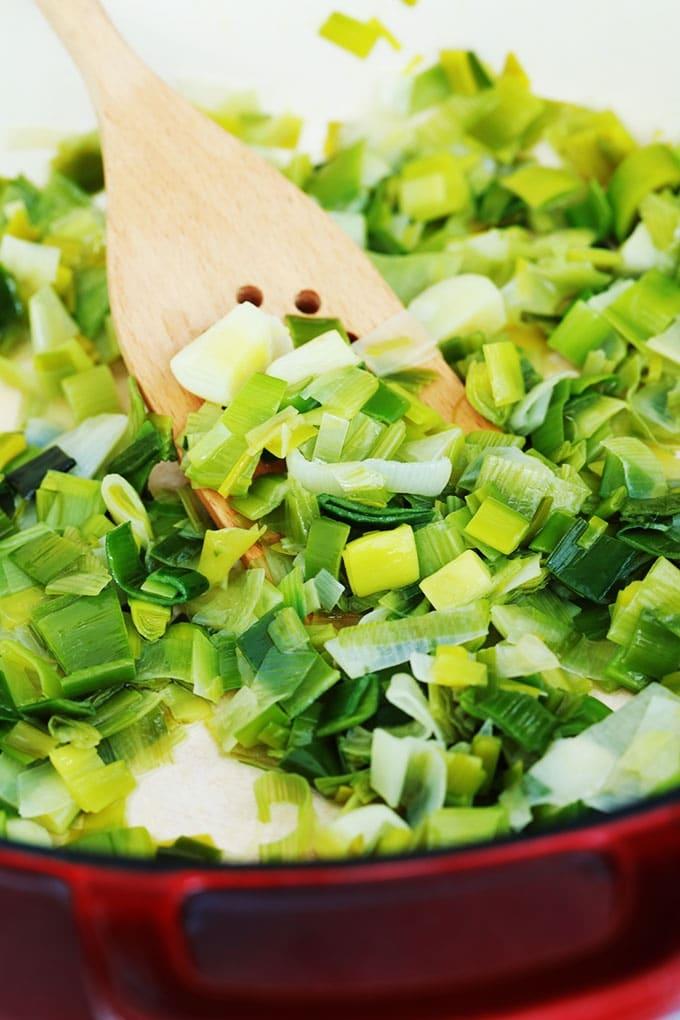 La fondue de poireaux sans crème est une recette très facile. Un délice pour accompagner un poisson, des fruits de mer ou du poulet.