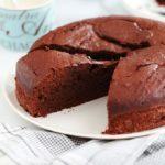 Gâteau au yaourt au chocolat, simple à faire. Une variante de l'incontournable gâteau au pot de yaourt classique. La recette et quelques astuces pour avoir un gâteau au chocolat moelleux, pas sec.