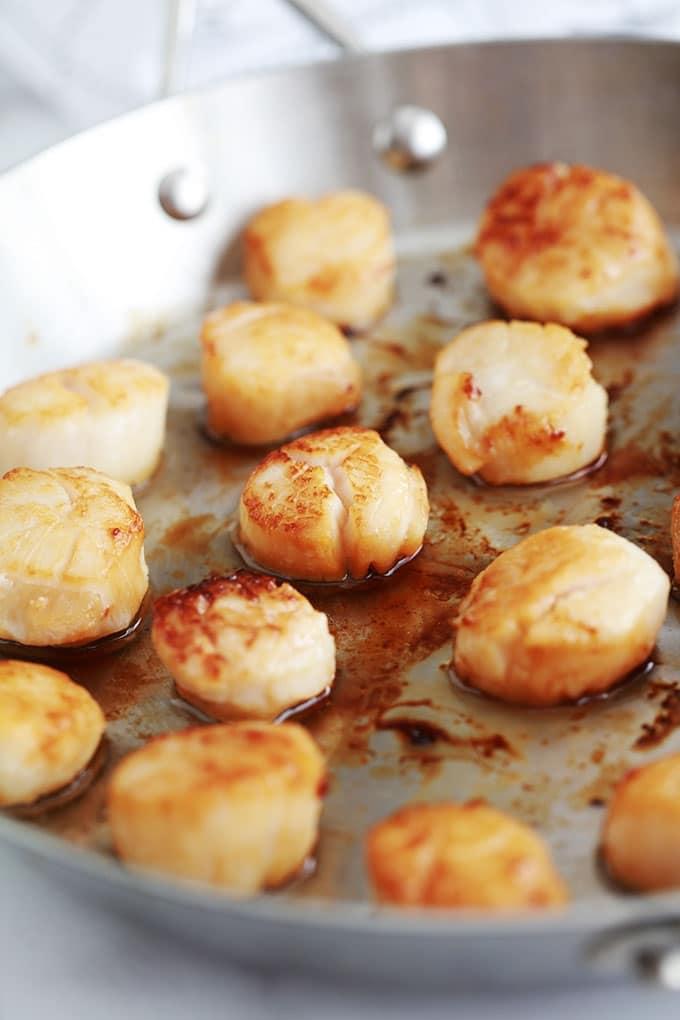 La recette des noix de St jacques poêlées dans du beurre et/ou huile d'olive est très simple et rapide. Temps de cuisson : 4 à 5 minutes selon la taille. Parfaites pour un repas de fête et vous pouvez les servir de différentes façons.