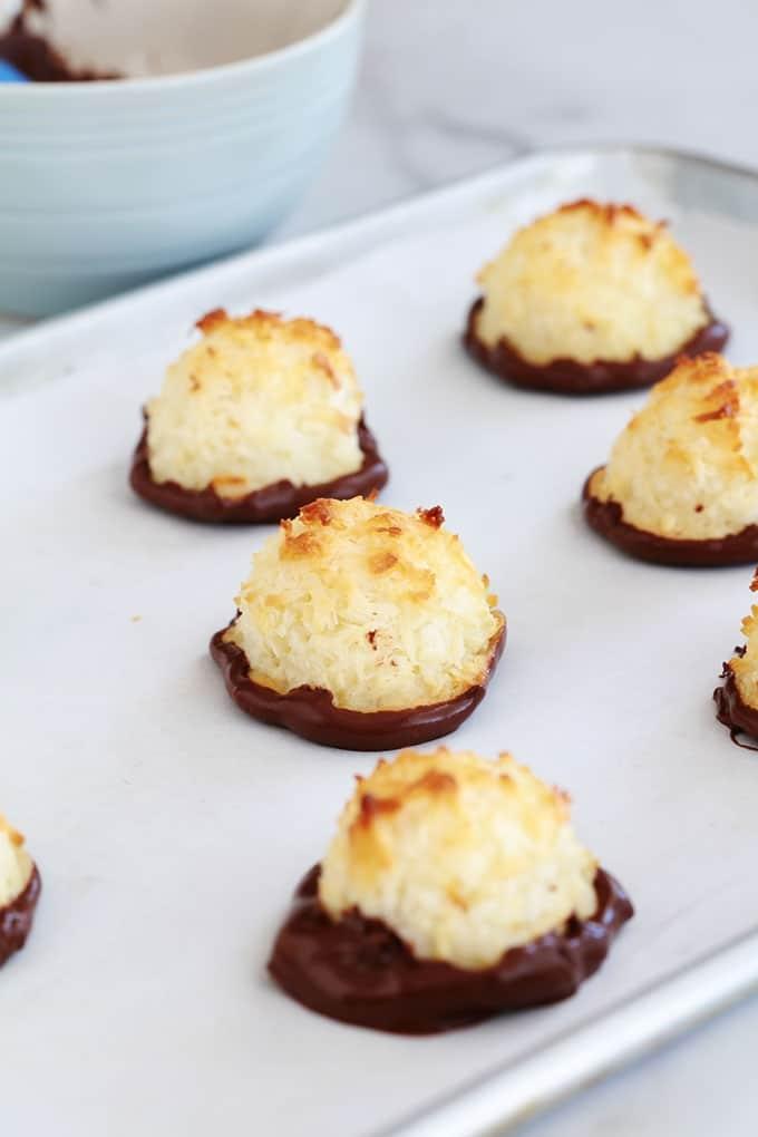 Rochers coco (ou congolais) au lait concentré, trempés dans du chocolat. Recette facile, rapide, à base de blancs d'oeufs (sans jaunes d'oeufs) et sans gluten. Ils sont moelleux à l'intérieur et croustillant à l'extérieur. Un vrai DÉLICE tout simple!