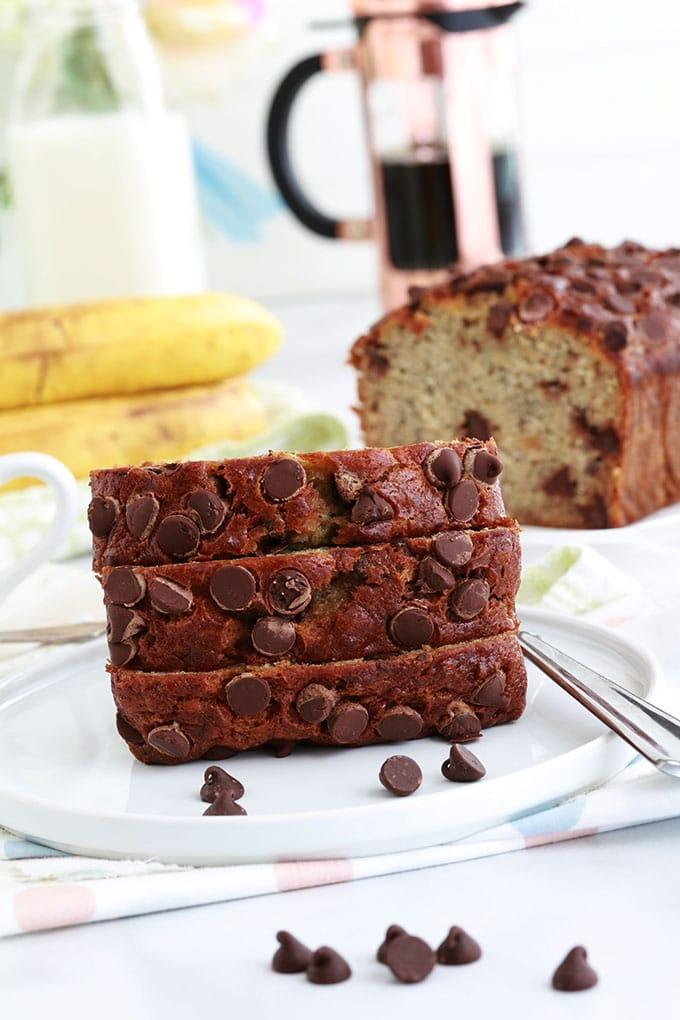 Ce banana bread aux pépites de chocolat est ultra moelleux. Recette inratable et anti-gaspillage (bananes très mûres), facile et rapide à préparer. Un seul bol, une fourchette, moins de 10 minutes de préparation!