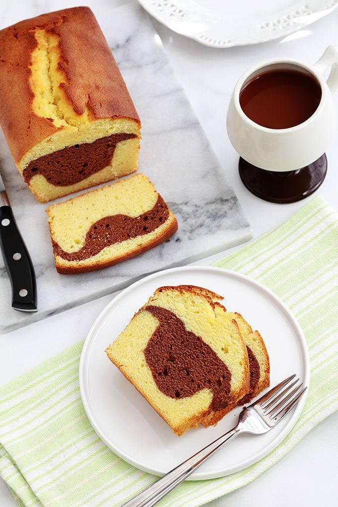 Délicieux cake marbré au cacao, facile et ultra moelleux. A base de jaunes d'oeufs et de yaourt. Une recette très pratique pour utiliser des restes de jaunes d'oeufs.