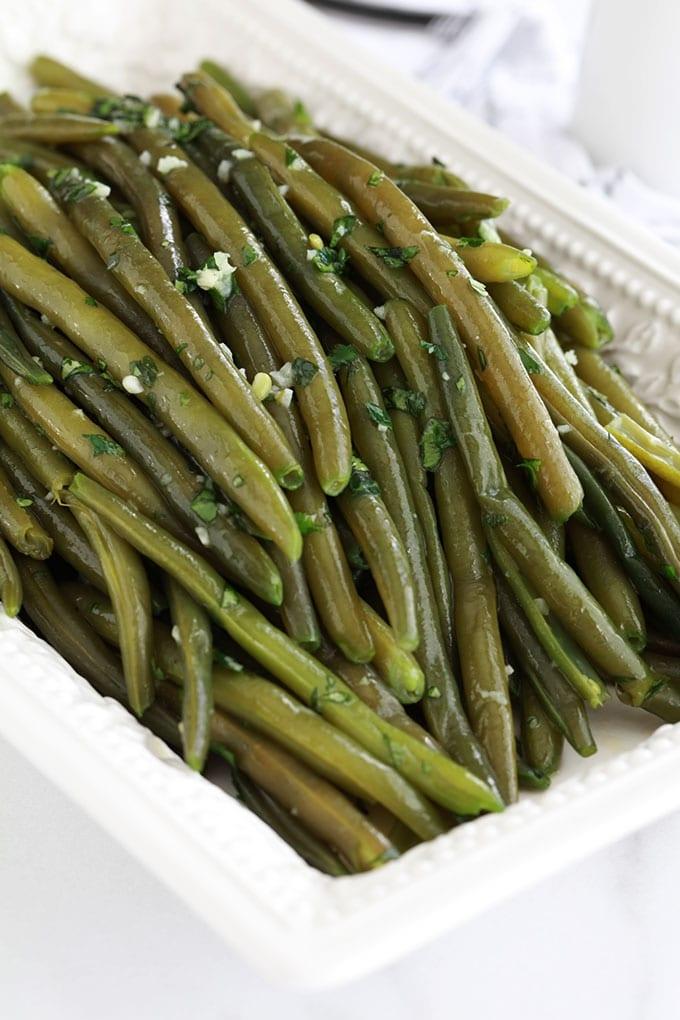 Ces haricots verts sautés au beurre, ail et persil sont magnifiques pour accompagner presque tout! La recette est simple et rapide. En plus, le plat est savoureux avec un minimum d'ingrédients. Et vous pouvez utiliser des haricots frais, surgelés ou en conserve. Que demander de plus ? :)