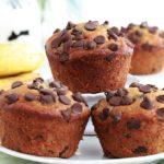 Muffins banane et pépites de chocolat hyper moelleux, sur la base du Banana bread classique. Recette facile et anti-gaspillage. Pratique pour utiliser des bananes trop mûres. L'avantage : cuisson plus rapide!