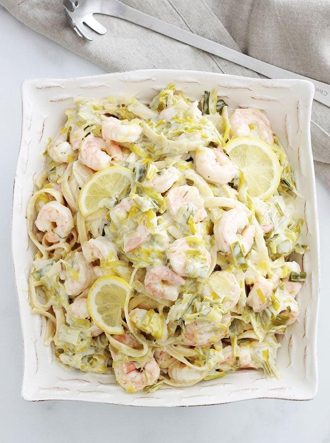 Ces pâtes à la fondue de poireaux aux crevettes sont vraiment délicieuses. Recette simple, un minimum d'ingrédients. Avec une sauce crémeuse et citronnée, ce plat est encore meilleur le lendemain.