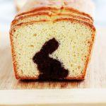 Gâteau surprise spécial Pâques (lapin caché) sur la base du gâteau au yaourt. Une recette très simple que vous pouvez réaliser avec les enfants. Deux pâtes : chocolat et nature. Il vous faut un emporte-pièce en forme de lapin (ou autres symboles de pâques) et un moule à cake.