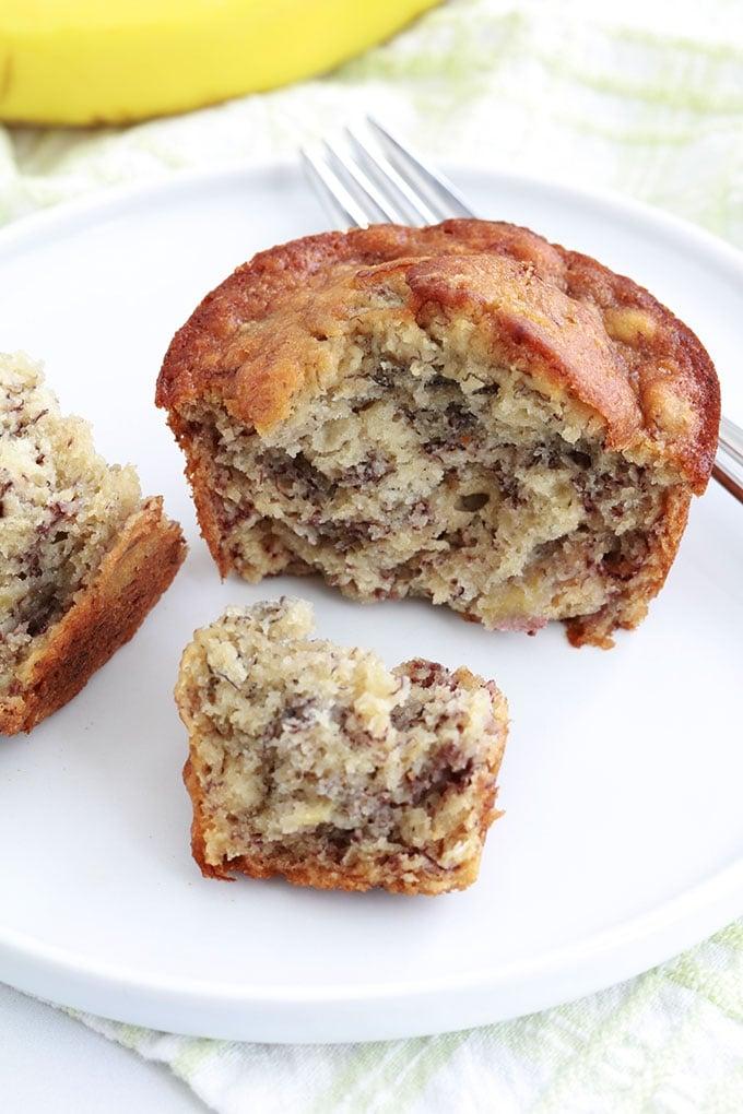 Délicieux muffins à la banane, très moelleux. Sur la base du banana bread classique. Recette facile, rapide et anti-gaspillage (utilise des bananes très mûres). Et pas besoin de batteur électrique!