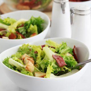 Salade frisée (ou chicorée frisée) toute simple avec des croûtons et des lardons fumés de dinde. C'est ma salade verte préférée, croquante avec parfois un petit goût amer. Je vous donne quelques idées pour varier votre salade.