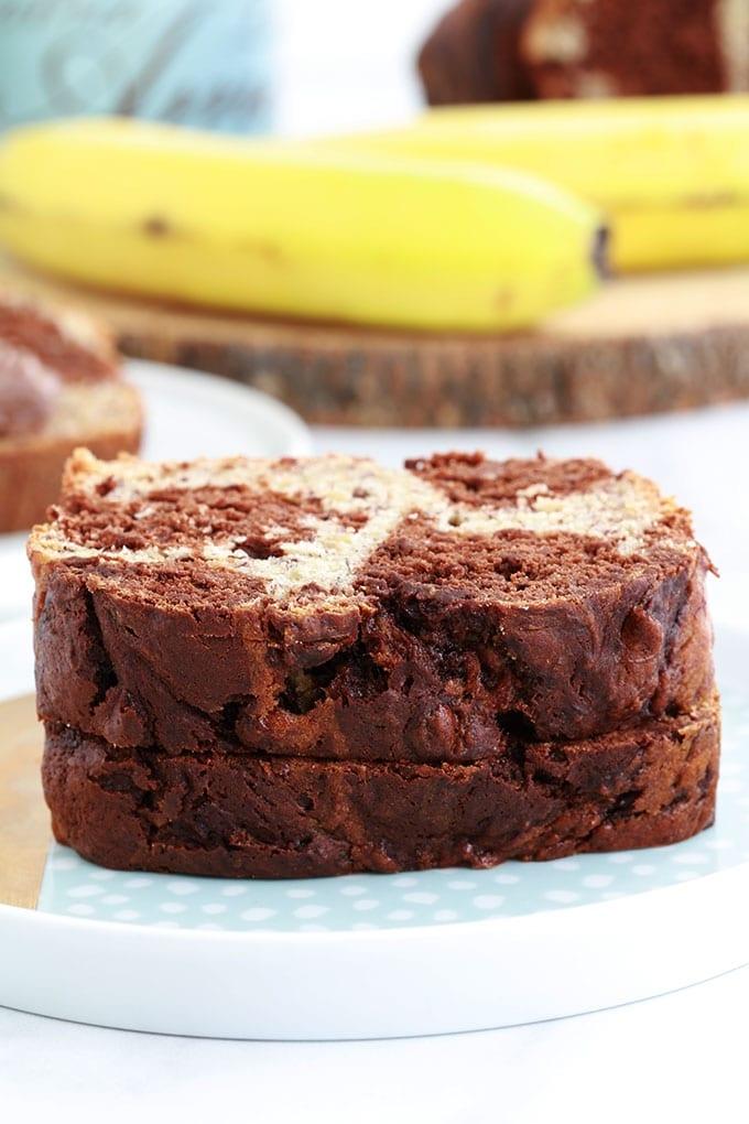 Le banana bread marbré au chocolat pour utiliser vos bananes trop mûres. Recette très simple, vous n'avez même pas besoin de batteur électrique. Délicieux pour le goûter, petit déjeuner et même en dessert.