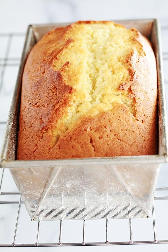Le fameux gâteau au yaourt version cake. Très moelleux, sans beurre, facile à faire. Il se garde plusieurs jours à température ambiante. Ce cake est très moelleux. Parfait pour le goûter pour accompagner votre thé ou café.