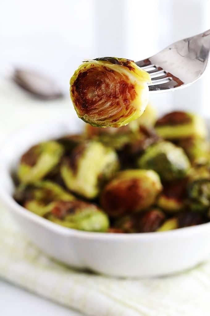 Ces choux de Bruxelles rôtis au four sont délicieux, croustillants à l'extérieur, tendres et fondants à l'intérieur. Recette simple et rapide. 3 ingrédients : chou de bruxelles, huile et sel, c'est tout!