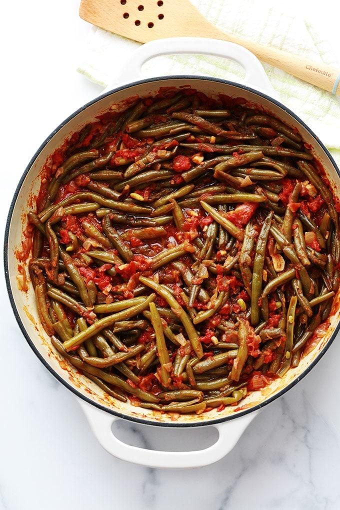 Ces haricots verts mijotés dans une sauce tomate sont très simples à faire et surtout savoureux. Haricots verts (frais, congelés ou en conserve), huile d'olive, oignon, ail, tomates et épices. Pour accompagner des viandes ou en plat végétarien avec du riz / boulgour ou simplement du pain.
