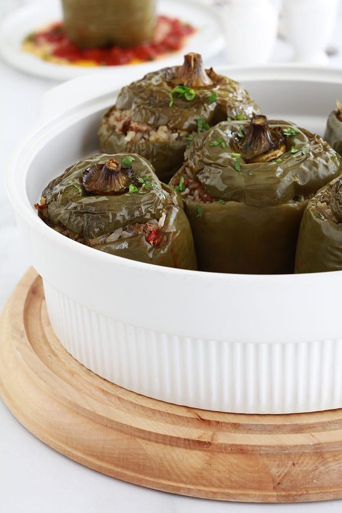 Ces poivrons verts farcis sont un plat complet très simple à faire. Farce à base de riz et de viande hachée. Ils sont cuits au four sur un lit de sauce tomate. Une recette anti-gaspillage qui vous permet d'utiliser un reste de riz cuit et éventuellement des restes de légumes.
