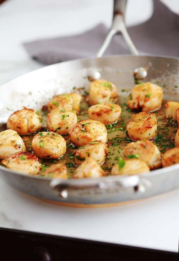 Les noix de Saint jacques à l'ail et persil sont un pur régal. Recette très rapide, 10 minutes. En entrée ou en plat principal avec des pâtes, pommes de terre, riz, ...
