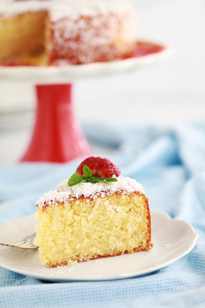 Recette du gâteau à la noix de coco et yaourt, très moelleux. Simple, parfumé et économique. Sur la base du fameux gâteau au yaourt. Pas besoin de balance, le pot de yaourt sert de mesure.
