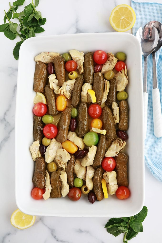 """Une idée pour votre apéro dînatoire : <a href=""""https://www.cuisineculinaire.com/feuilles-de-vigne-farcies-au-riz-recette-libanaise/"""" target=""""_blank"""" rel=""""noopener noreferrer"""">feuilles de vigne farcies</a> d'un délicieux mélange de riz citronné, coeurs d'artichauts marinés, tomates cerises et olives. Servez avec des tranches de pain. Un régal!"""
