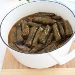 Ces feuilles de vigne farcies à la libanaise sont parfaites en entrée ou dans un plateau apéritif / mezze. Farce végétarienne : riz, tomates, oignon, herbes fraîches, épices, citron et huile d'olive. Recette étape par étape. Je vous montre comment les préparer à l'avance et les congeler.