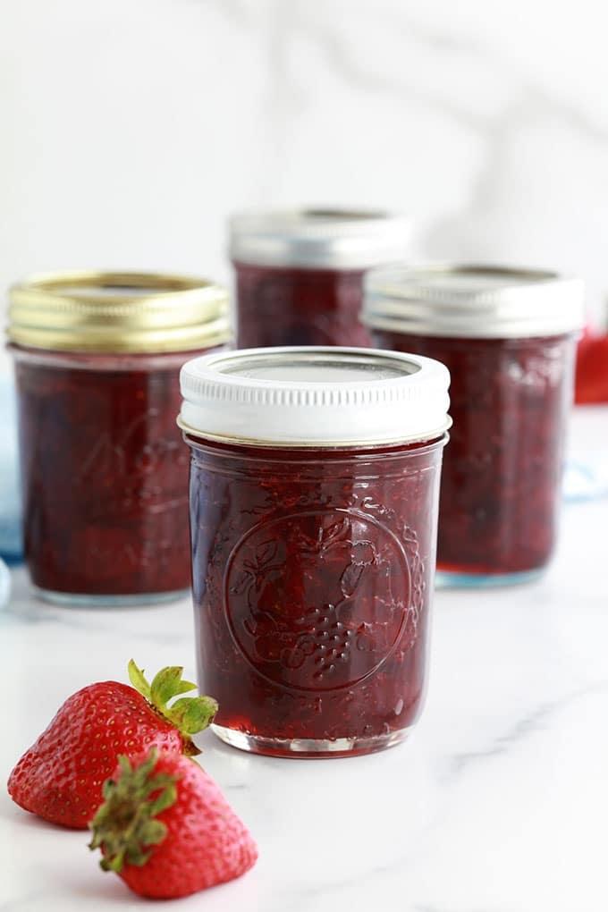 Recette de la confiture de fraises traditionnelle, sans pectine industrielle. 3 ingrédients : fraises, sucre et jus de citron. Environ 20 minutes de cuisson. Des conseils pour la réussir et pour la conserver.