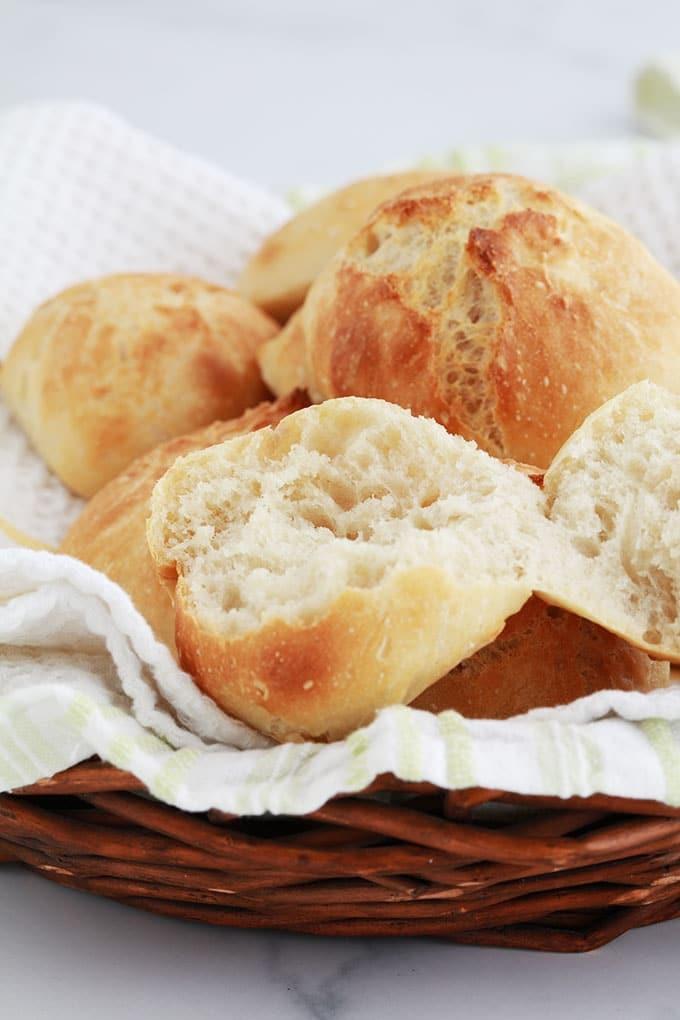 Ces petits pains sans pétrissage, à la une mie aérée et une croûte croustillante, sont rapides à faire. Moins de 5 minutes de préparation, 1 h de repos et 20 mn de cuisson!