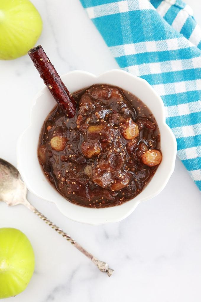 Recette de chutney de figues fraîches aux épices, raisins secs et vinaigre de cidre de pomme. A servir en accompagnement de viandes grillées ou rôties, des légumes. Magnifique aussi dans un plateau de fromages, sur du pain naan, tranches de baguette...