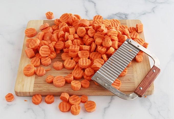 Couper les carottes en rondelles couteau ondulé