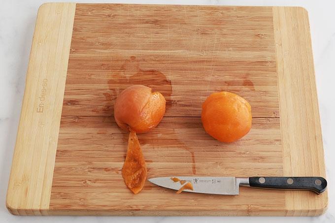 Retirer la peau des abricots blanchis