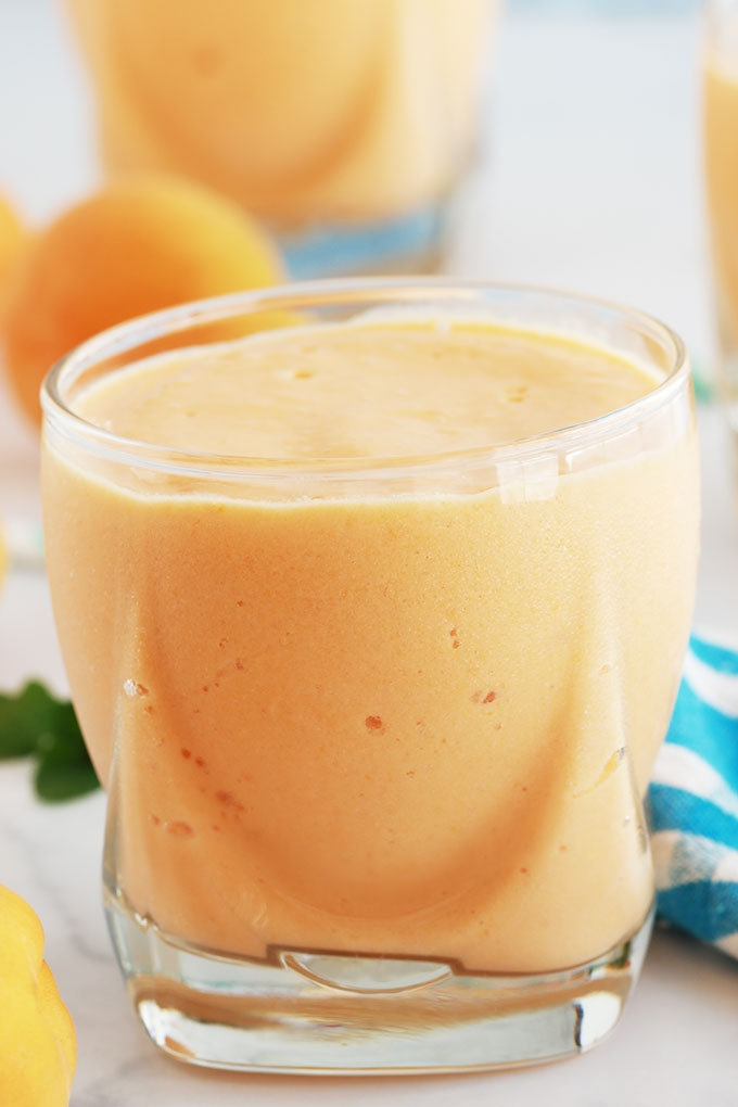 Délicieux smoothie aux abricots et yaourt, frais et onctueux. Avec des abricots frais ou surgelés. Recette de base et conseils pour faire des variantes, selon vos goûts et ce que vous avez sous la main.