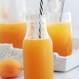 Recette du nectar d'abricots : simple et rafraîchissant. Abricots, frais ou surgelés, sucre, eau et éventuellement un peu de jus de citron. Je vous donne 3 façons de faire ce nectar : avec ou sans cuisson. Et je vous montre comment le conserver en pots pour en profiter toute l'année.