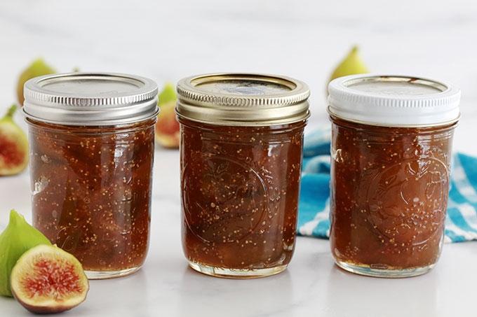 Recette de la confiture de figues traditionnelle, sans pectine | sans sucre gélifiant. Figues fraîches ou congelées, sucre, jus de citron et éventuellement un arôme (par ex. vanille). Cuisson rapide : 25 minutes.