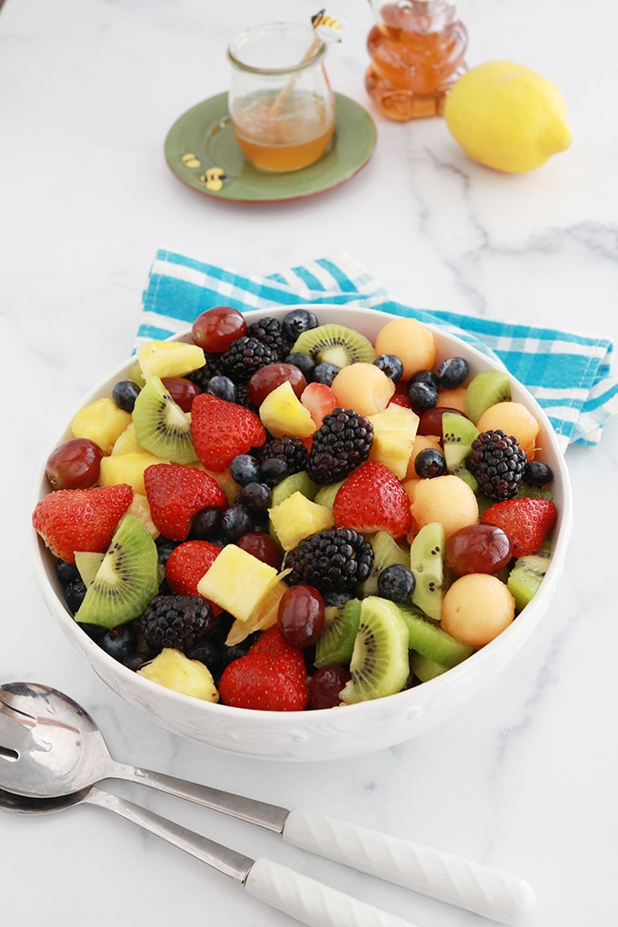 Délicieuse salade de fruits frais avec une sauce au miel et jus de citron. Une recette facile, rapide et colorée : melon, fraises, myrtilles (bleuets), mûres, raisins, kiwi, ananas... À servir comme dessert pour finir un repas ou à l'apéro. A varier selon les fruits en saison !