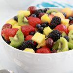 Délicieuse salade de fruits frais avec une sauce au miel et jus de citron. Une recette facile, rapide et colorée : melon, fraises, myrtilles (bleuets), mûres, raisins, kiwi, ananas... A servir comme dessert pour finir un repas ou à l'apéro. A varier selon les fruits en saison !
