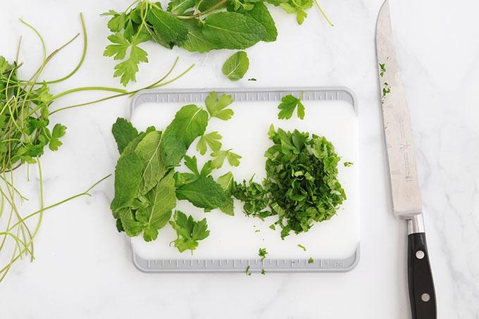 Couper finement les herbes fraiches menthe persil
