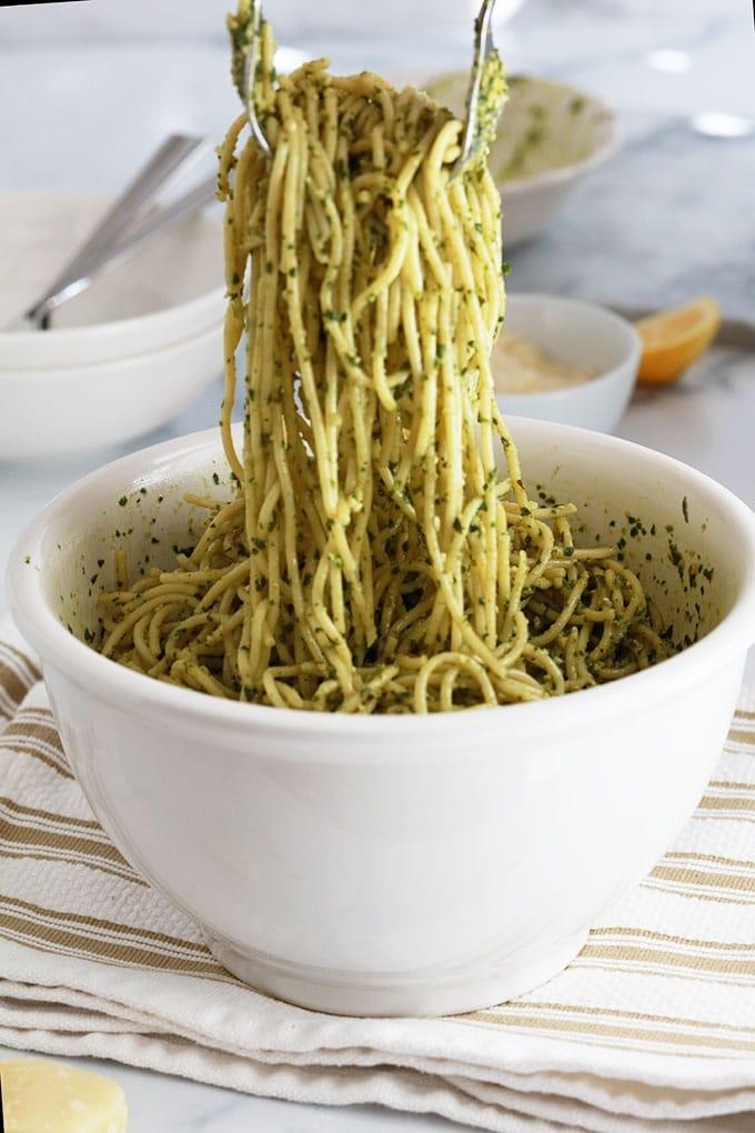 Melanger spaghettis pesto basilic et citron dans un bol