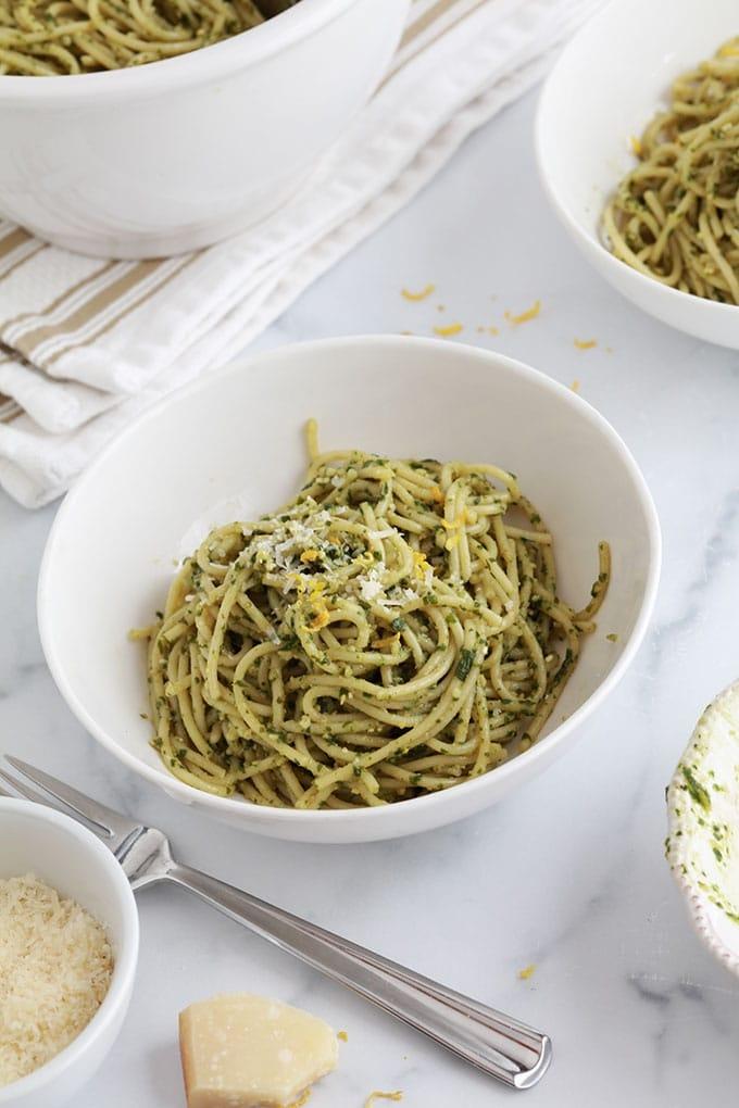 Spaghettis au pesto de basilic et citron : un plat rapide et délicieux. Pâtes, basilic, pignons de pin ou amandes, ail, parmesan, huile d'olive et citron. La recette de base, conseils et des idées pour faire des variantes.