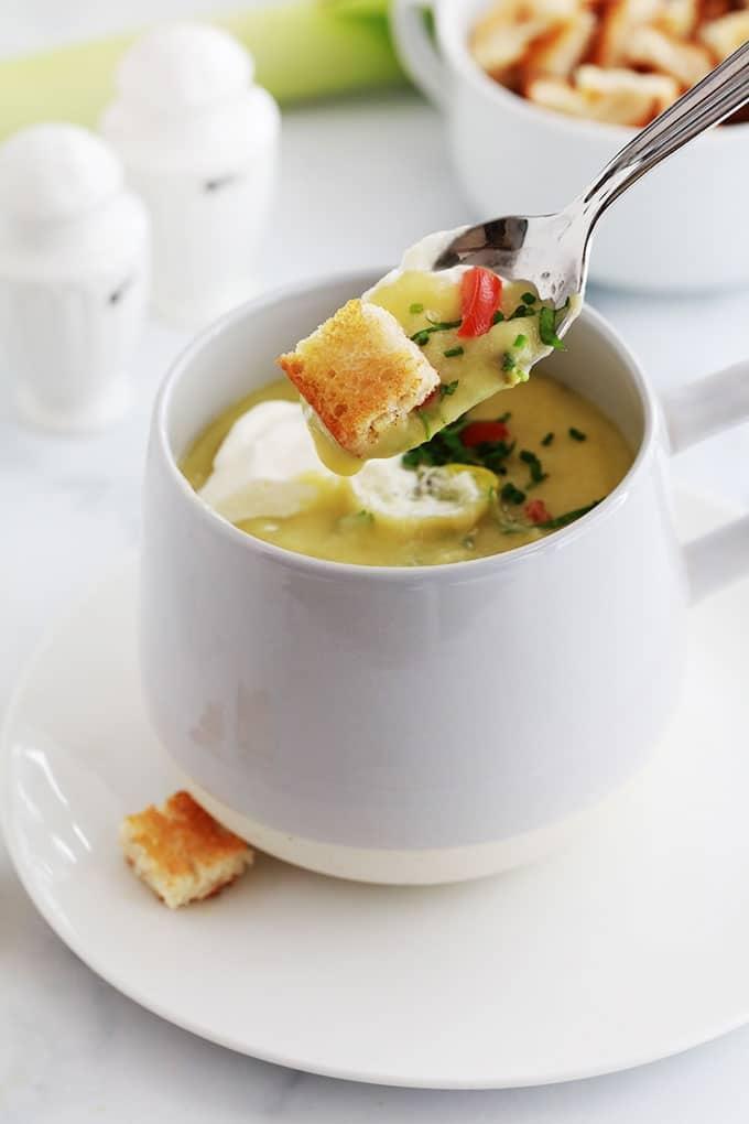 Soupe poireaux pommes de terre : c'est la recette classique du potage parmentier. Très simple et tellement délicieuse. Accompagnée de crème fraîche et des croûtons, un pur régal!