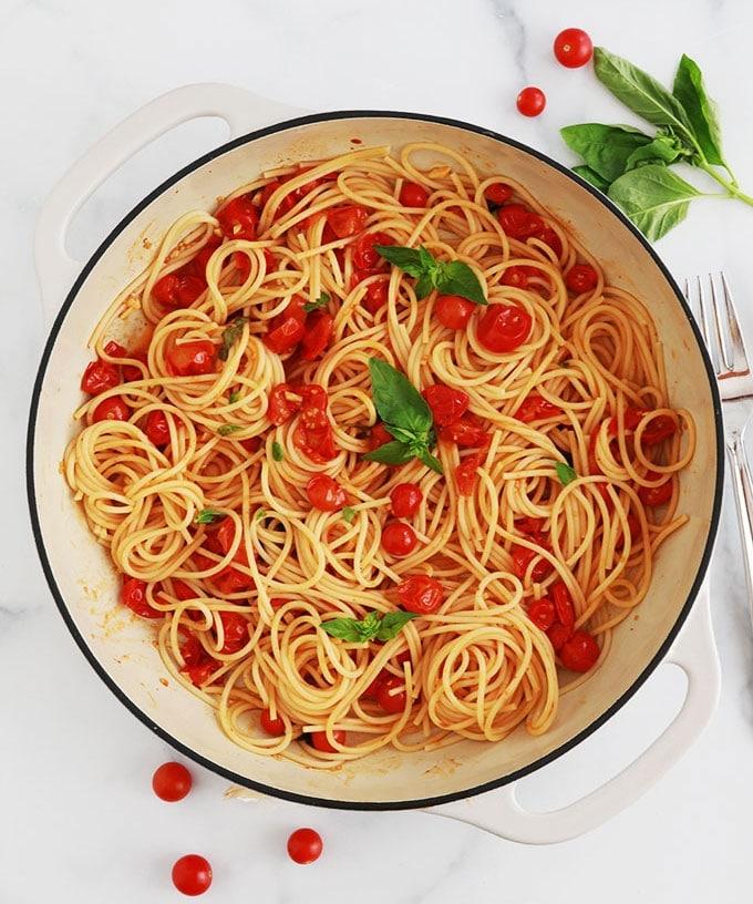 Ces spaghettis à la sauce tomates cerises sont prêts en 15 minutes. Un plat simple, rapide et délicieux. Recette de base plus des idées pour faire des variantes.