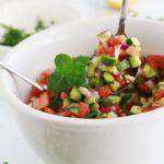 Salade de concombre, tomates et oignons à l'orientale. Recette simple, économique et tellement bonne ! Persil, menthe, citron et/ou sumac, huile d'olive, poivre et sel. C'est tout!