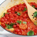 Délicieuse sauce tomate express ; prête en 10 minutes. Peu d'ingrédients : tomates cerises, ail, huile d'olive, sel et poivre, basilic. Idéale pour les pâtes, viandes et poissons, légumes grillés...