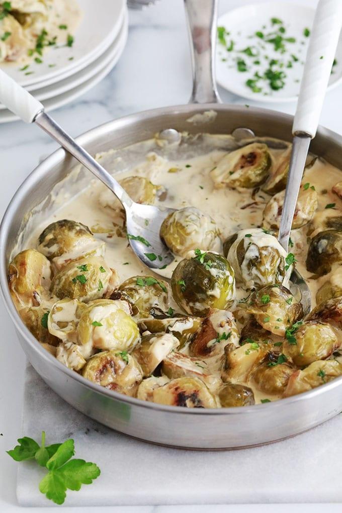 La recette des choux de Bruxelles à la crème de moutarde. Un plat simple, rapide et savoureux. Choux de Bruxelles, échalote, ail, moutarde de Dijon, crème, bouillon, beurre, sel, poivre.