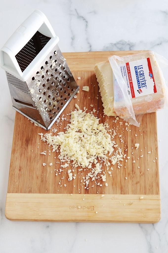 Rapez le fromage (ici Gruyère)