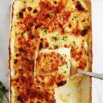 Ce délicieux gratin de pommes de terre est très simple à faire. Recette sans béchamel et sans gluten. Des rondelles de pommes de terre fines précuites dans du lait et/ou crème, puis gratinées au four avec du fromage. Avec ou sans précuisson des pommes de terre. Peut être servi en plat d'accompagnement ou en plat principal.