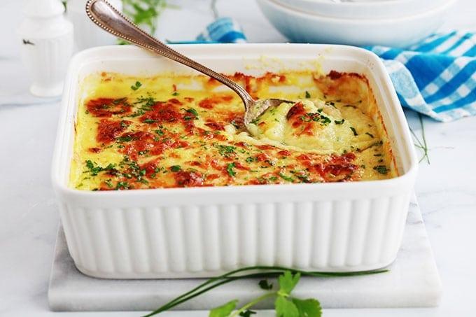 Redonnez une nouvelle vie à vos restes de purée avec ce gratin de pommes de terre au fromage. Recette simple, rapide et sans gluten. A servir en entrée, accompagnement pour viandes et poisson ou en plat principal économique.
