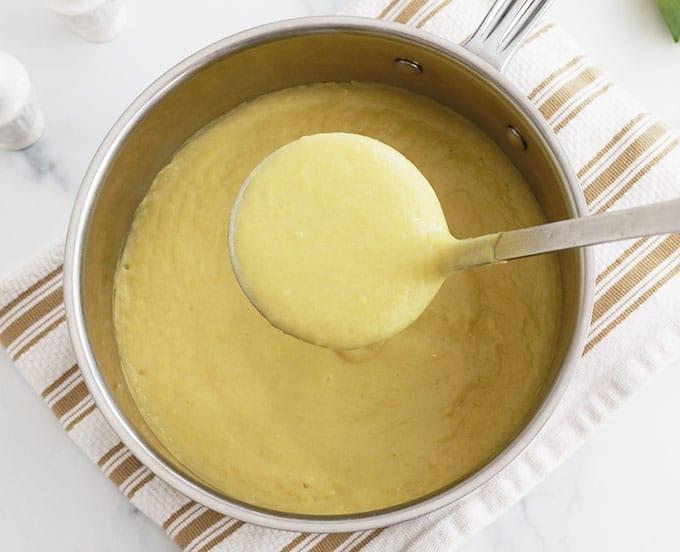 Soupe poireaux pommes de terre : c'est la recette classique du potage parmentier. Très simple, facile, rapide et tellement délicieuse. Accompagnée de crème fraîche et de croûtons, un pur régal!