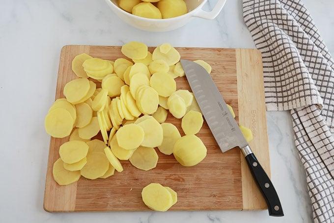 Pommes de terre jaunes coupees en rondelles fines