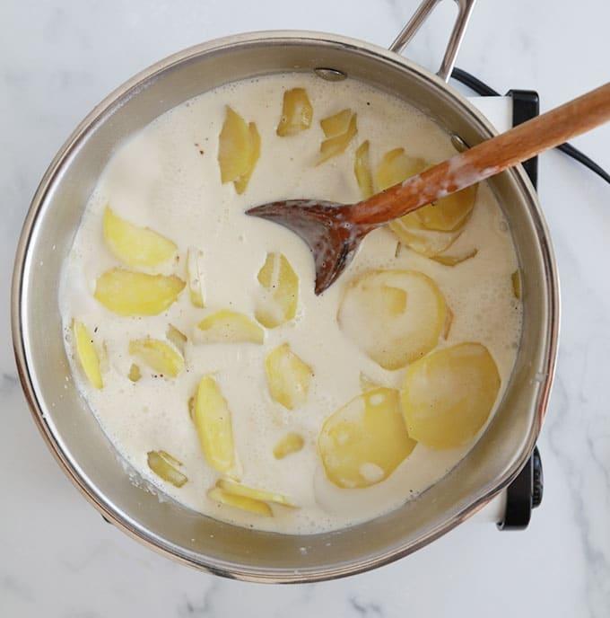 Precuire rondelles de pommes de terre dans creme et lait
