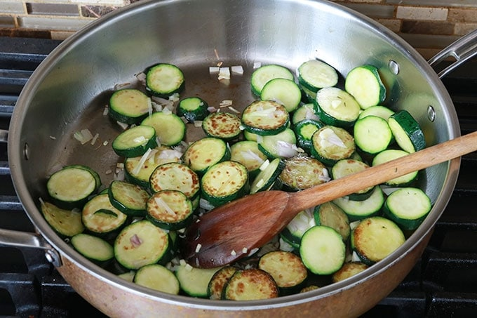 Rondelles de courgettes precuites a la poele avec echalote ail herbes huile sel poivre