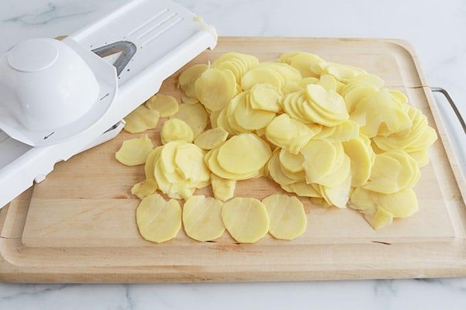 Pommes de terre coupees en rondelles fines avec une mandoline